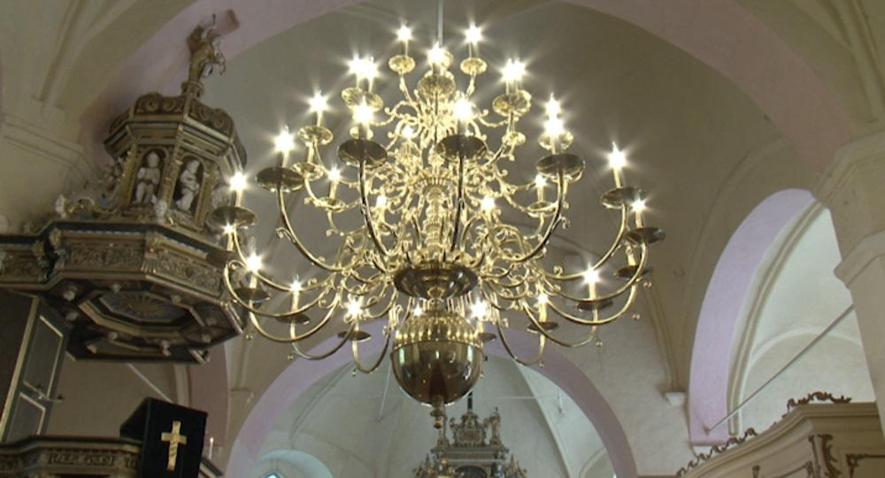 Ventspils novada Zlēku baznīcai dāvina jaunu kroņlukturi
